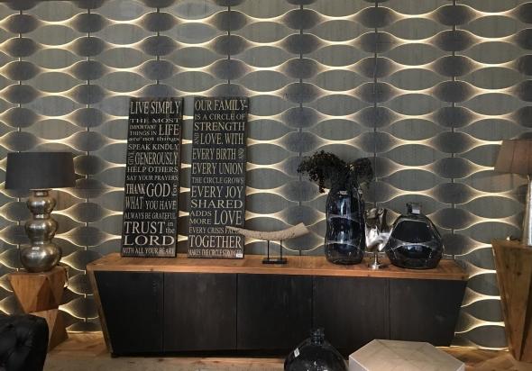 Ф-ка Dialma Brown продемонстрировала стеновые панели с скрытой подсветкой. Они выполнены из древесностружечных плит и бетона. Свет раскрывает грубую фактуру, подчеркивает объем и, как всегда, создает тайну.