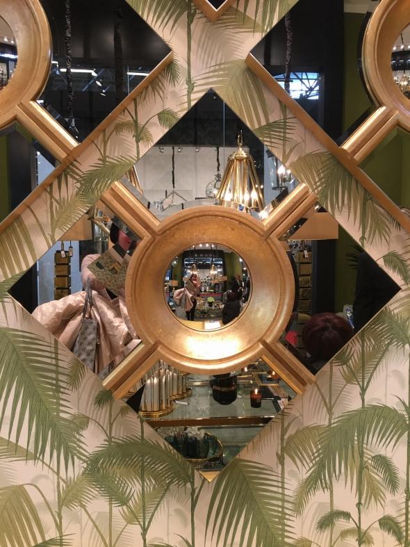 Зеркала никогда не выдут из моды! Их роль в формировании образа слишком велика: они могут изменить пропорции помещения, сделать его ярче, добавить пространства и тайны. Мастера придумывают для них лишь новые формы и обрамления.