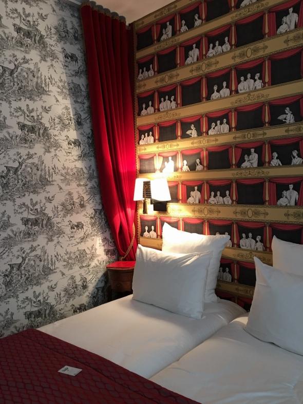 Если вы решите посетить выставку или просто насладиться Парижем, рекомендую вам бутик-отель Sacha, он расположен в 10 минутах от Монмартра, и в 5-ти минутах от станций метро St. George и Pigalle. Номера компактные, но очень уютные, интерьер стилизован под театральный, очень романтично. Вечером в лобби отеля, гостям бесплатно предлагается шампанское и легкие закуски, как в антракте.