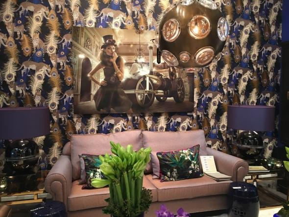Голландская ф-ка Van roon, 30 лет создает уникальные коллекции предметов для дома. Выставочная композиция на Maison&Objet , выглядела потрясающе, дизайнеры оформили living rooms в стиле luxury, по принципу: красоты много не бывает. Роскошные обои, ковры, обилие света и глянцевых поверхностей – залог создания атмосферы роскоши.