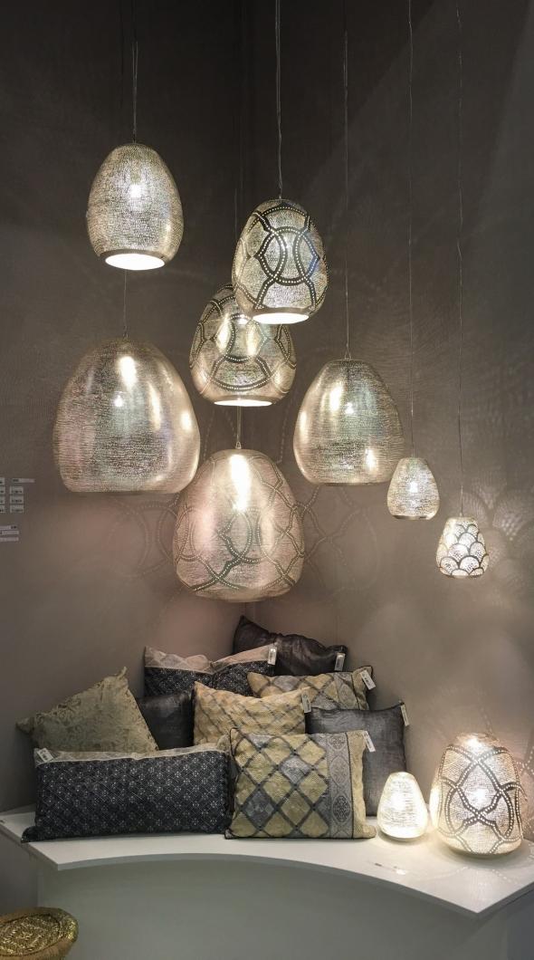 Атмосфера интриги от фабрики Zenza. Подушки ручной работы и светильники из посеребренной латуни, сквозь тонкий перфорированный рисунок проникает свет и создает картины из света и тени на ваших стенах.